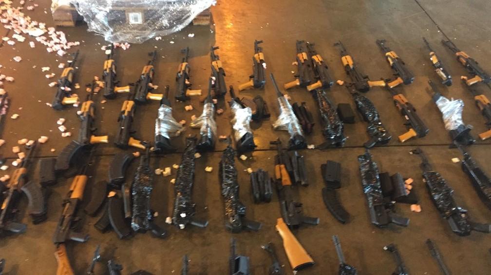 Cerca de 60 fuzis de guerra apreendidos no Galeão em 2017 (Foto: Divulgação)