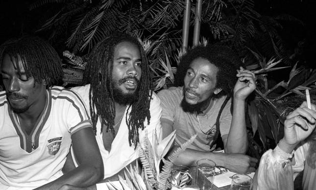 Bob Marley com amigos durante a festa Noites Cariocas, no Morro da Urca