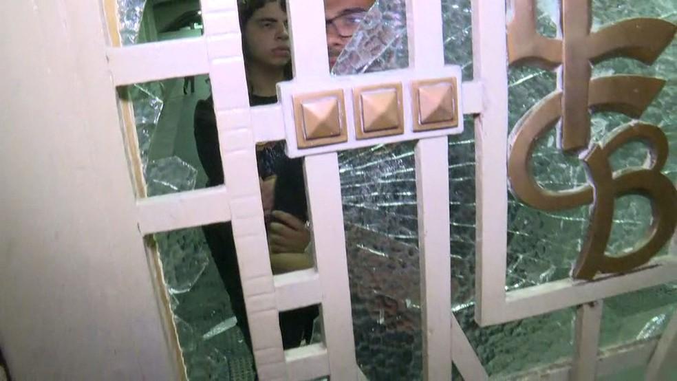 Vidro foi quebrado na estação Brás da CPTM (Foto: Reprodução/GloboNews)