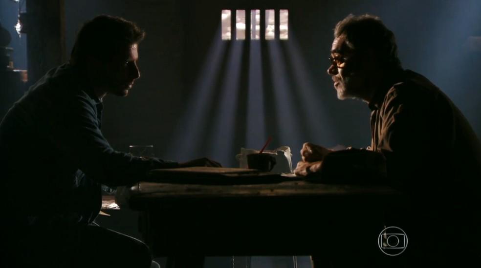 Duque (Jean Pierre Noher) explica a Cassiano (Henri Castelli) o que acontece com os prisioneiros de Dom Rafael (Cesar Troncoso), em 'Flor do Caribe' — Foto: Globo
