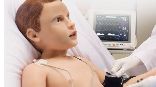 Hal tem pulsação como uma pessoa, e ela pode ser medida por aparelhos reais (Foto: Gaumard Scientific/via BBC News Brasil)