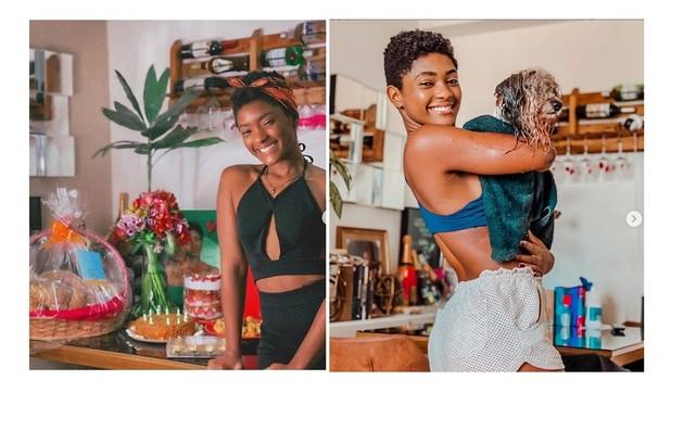 Enquanto aguarda a volta de 'Amor de mãe', Erika Januza faz lives em sua sala. Nas fotos, ela mostra a decoração com vinhos e flores (Foto: Reprodução)