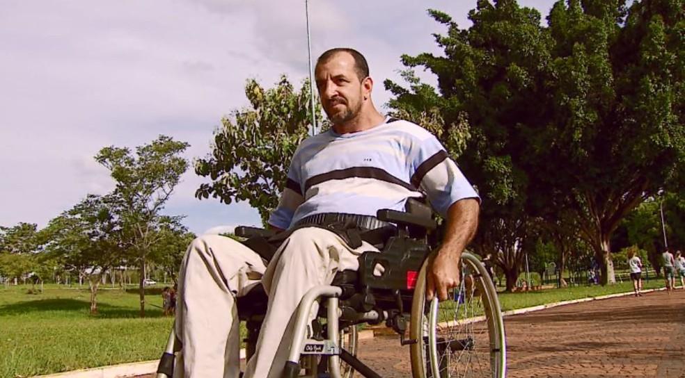Após perder os movimentos em um acidente, empresário de Araras passou a depender da força das mãos para usar cadeira de rodas — Foto: Ely Venâncio/EPTV