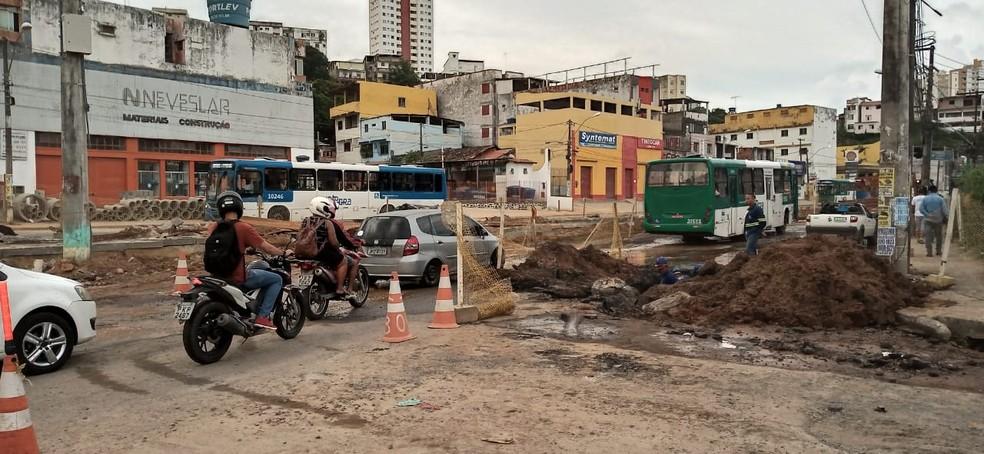 Trânsito lento na Sete Portas por conta de obras no local nesta sexta-feira  — Foto: Cid Vaz/TV Bahia