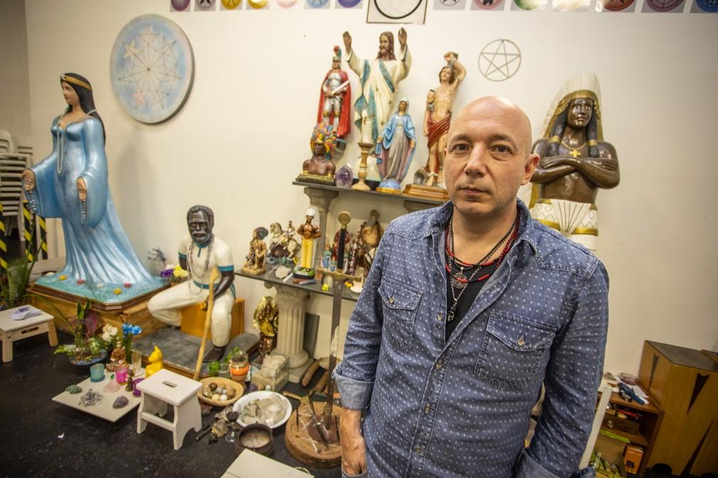 Alexandre Cumino posa no altar do Colégio Pena Branca — Foto: Fábio Tito/G1