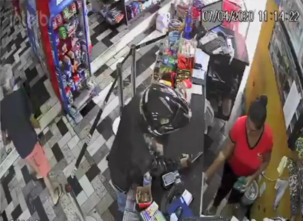 No primeiro assalto, suspeito levou cerca de R$ 300 em dinheiro — Foto: Roberto Torrecilhas