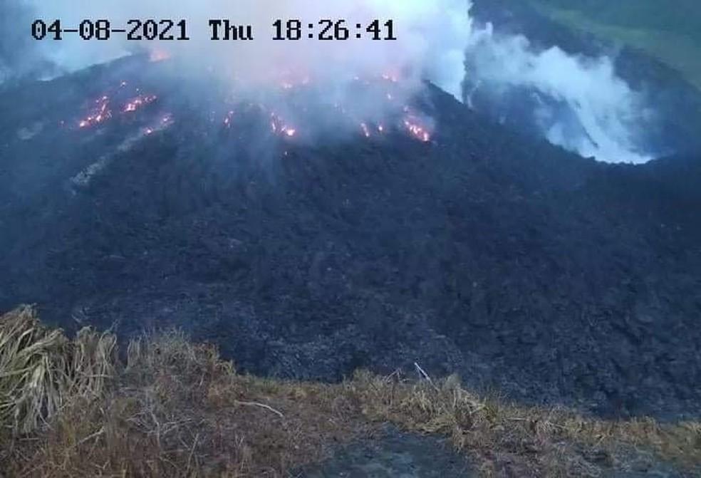 Fumaça sai da cúpula brilhante do vulcão La Soufriere, em São Vicente e Granadinas, em 8 de abril de 2021 — Foto: Centro de Pesquisa Sísmica da Universidade das Índias Ocidentais via Reuters