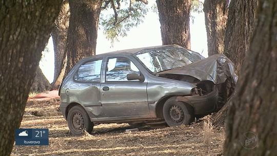 Motorista perde controle da direção e bate carro contra árvore em Ribeirão Preto, SP