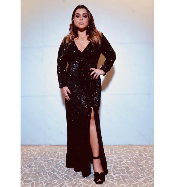 Preta Gil elege vestido preto fendado para cantar no casamento de Isis Valverde (Foto: Reprodução/Instagram)