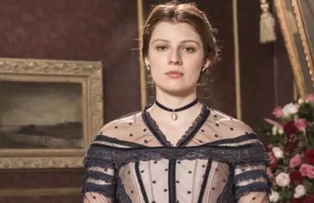 Giulia Gayoso interpreta a princesa Isabel, que se torna herdeira do trono após a morte prematura dos irmãos mais velhos  TV Globo