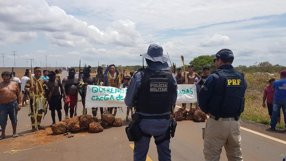 Indígenas da etnia manoki fizeram um protesto nessa quinta-feira (10) na BR-364, entre Campo Novo do Parecis e Brasnorte — Foto: Polícia Rodoviária Federal de Mato Grosso/Divulgação