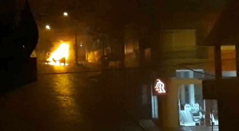 Criminosos atearam fogo em veículo roubado em frente ao quartel da Brigada Militar para evitar ação da polícia (Foto: Imagens cedidas pela polícia)