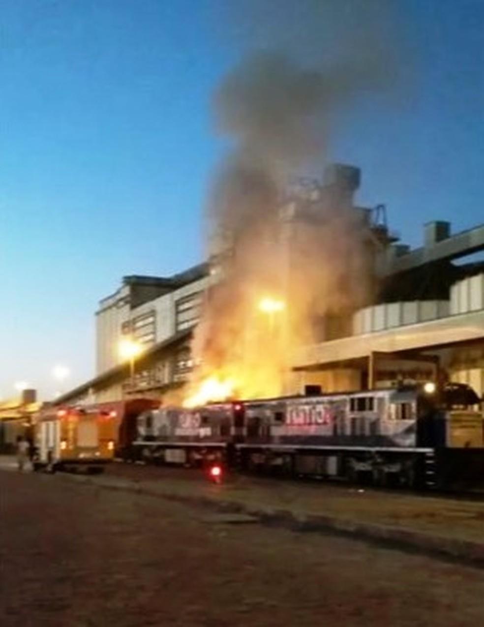 Incêndio foi controlado em cerca de meia hora (Foto: G1 Santos)