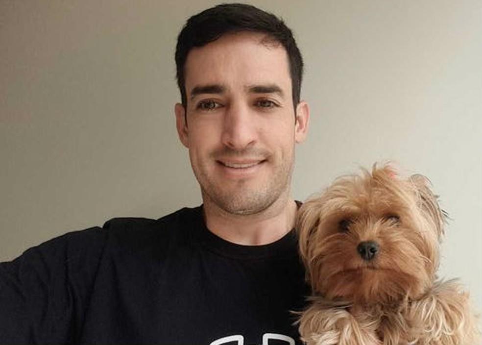 Alexandre Roa, CEO da Puppyfi, e Cissa, sua cachorra de estimação (Foto: Alexandre Roa/Arquivo pessoaL)