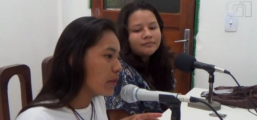 Daniela e Agatha apresentam programas de rádio para informar aldeias distantes — Foto: Lindon Jonhson