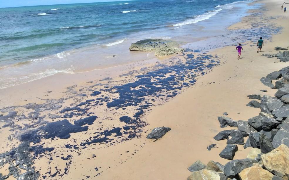 Manchas de óleo na praia da Pituba, em Salvador. — Foto: Alan Oliveira/G1 BA