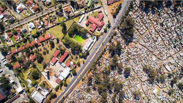 Por meio de drone, fotógrafo registra desigualdade em cidades pelo mundo (Foto: Reprodução / Unequal Scenes, por Johnny Miller )