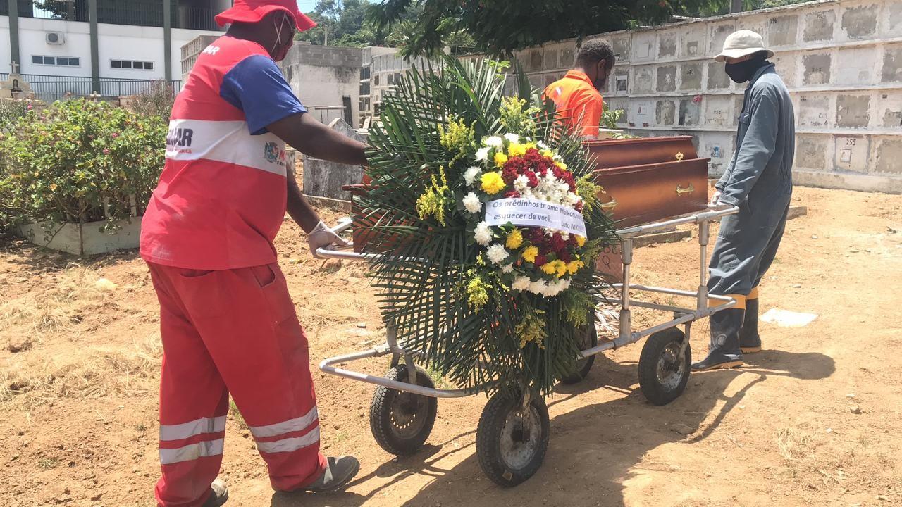 Jovens mortos em conjunto habitacional em Maricá, RJ, são enterrados; 'dói muito' diz avó de duas das vítimas