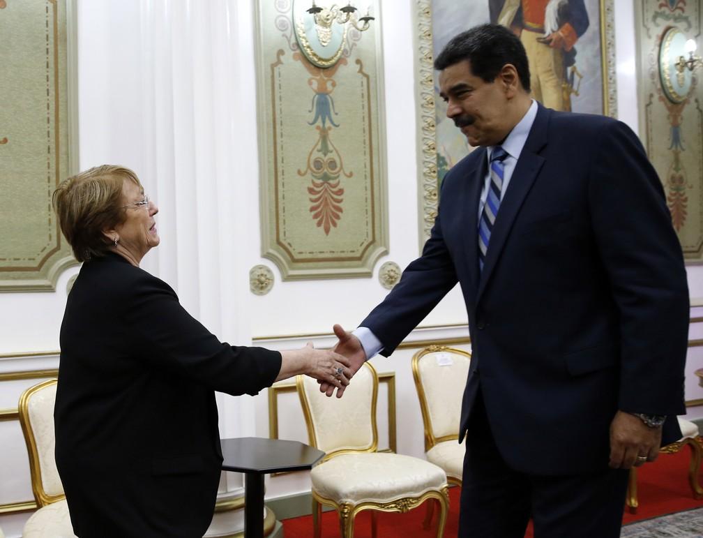 Michelle Bachelet, alta comissária da ONU para Direitos Humanos, cumprimenta Nicolás Maduro no Palácio de Miraflores, sede do governo da Venezuela — Foto: Ariana Cubillos/AP Photo