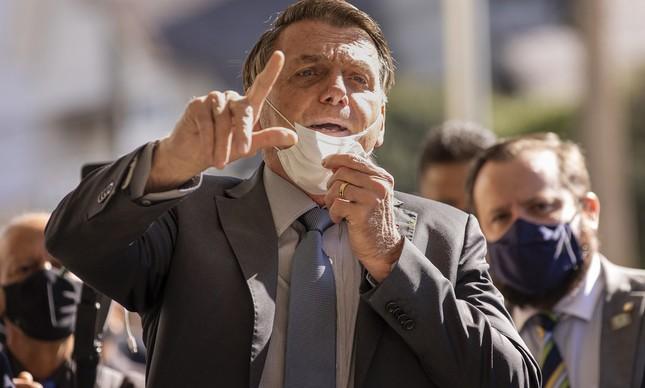 Presidente Jair Bolsonaro contraria protocolos sanitários e retira máscara para falar durante visita a Chapecó (SC) na última quarta-feira