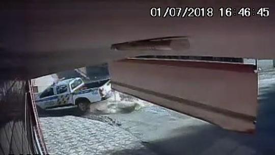 Caminhonete da PM em alta velocidade bate em carro e capota durante perseguição em Iaciara; veja vídeo
