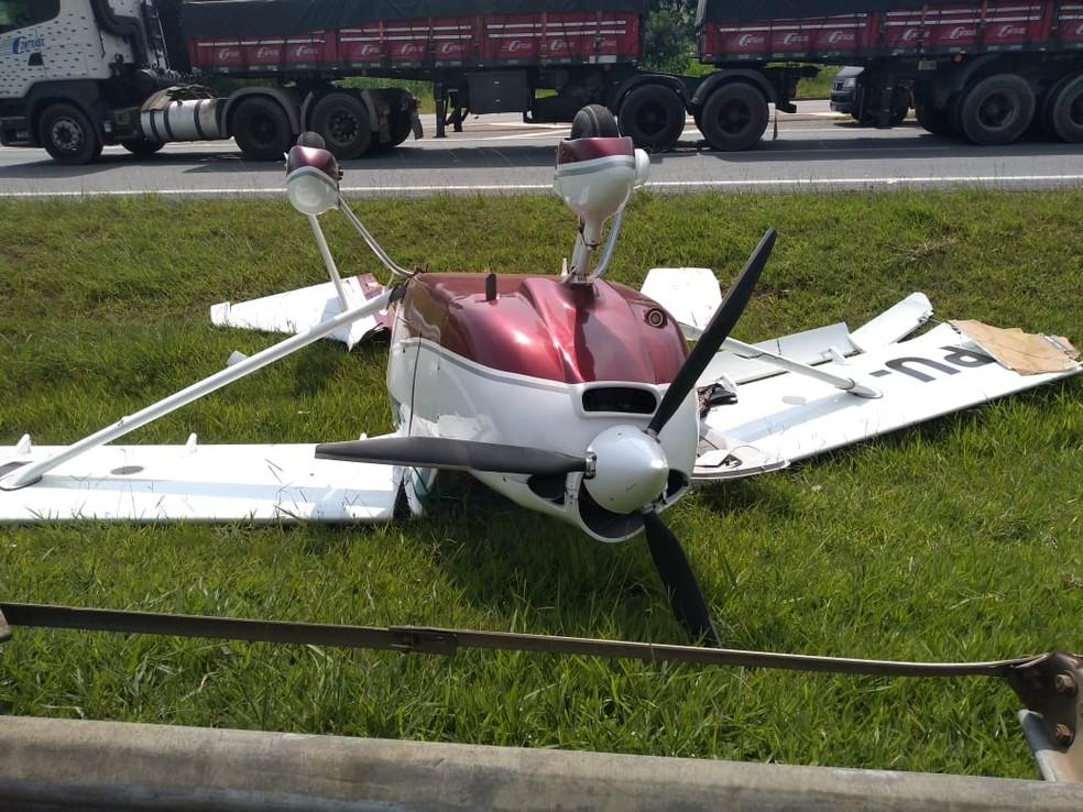 Aeronave ficou de ponta cabeça no canteiro da rodovia — Foto: Reprodução