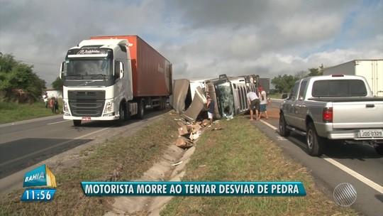 Condutor morre após tentar desviar de pedra de 200kg, perder o controle da direção e ser lançado de carreta na BA
