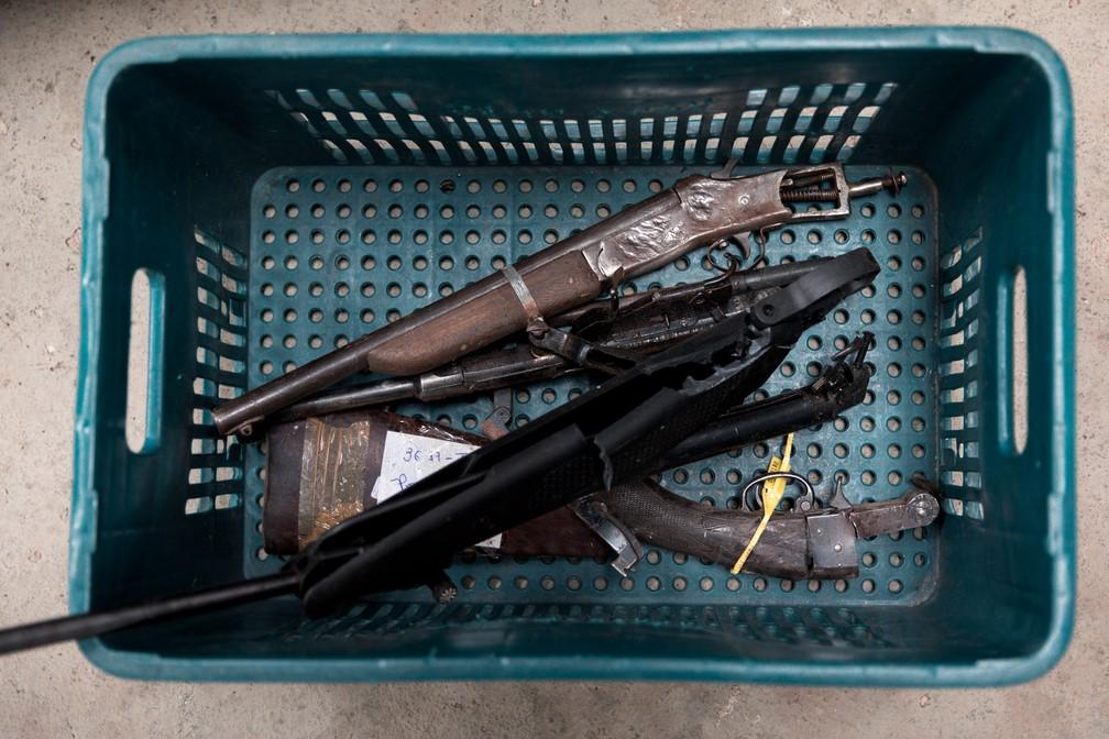 A falta de informações sobre a procedência das armas e as más condições delas são apontadas como motivos para o baixo número de reutilizações para as forças de segurança do país; no detalhe, armas apreendidas em SP (Foto: Marcelo Brandt/G1)