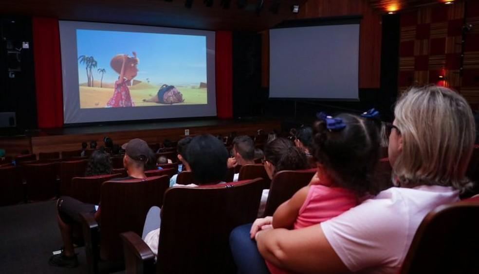 Público em sessão de cinema no Teatro em Jaguariúna — Foto: Samuel Oliveira