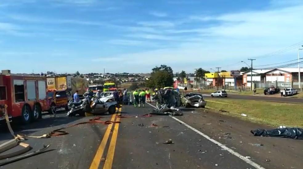 Ainda de acordo com os policiais, o motorista do caminhão não conseguiu frear a tempo e atingiu os demais veículos — Foto: Cícero Bittencourt/RPC