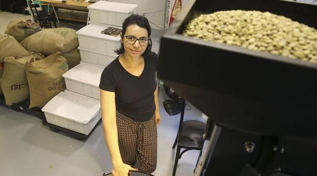 Nathália Rodrigues é mestre de torras em uma microempresa de torrefação de cafés especiais em Brasília (Foto: Marcello Casal Jr / Agência Brasil)