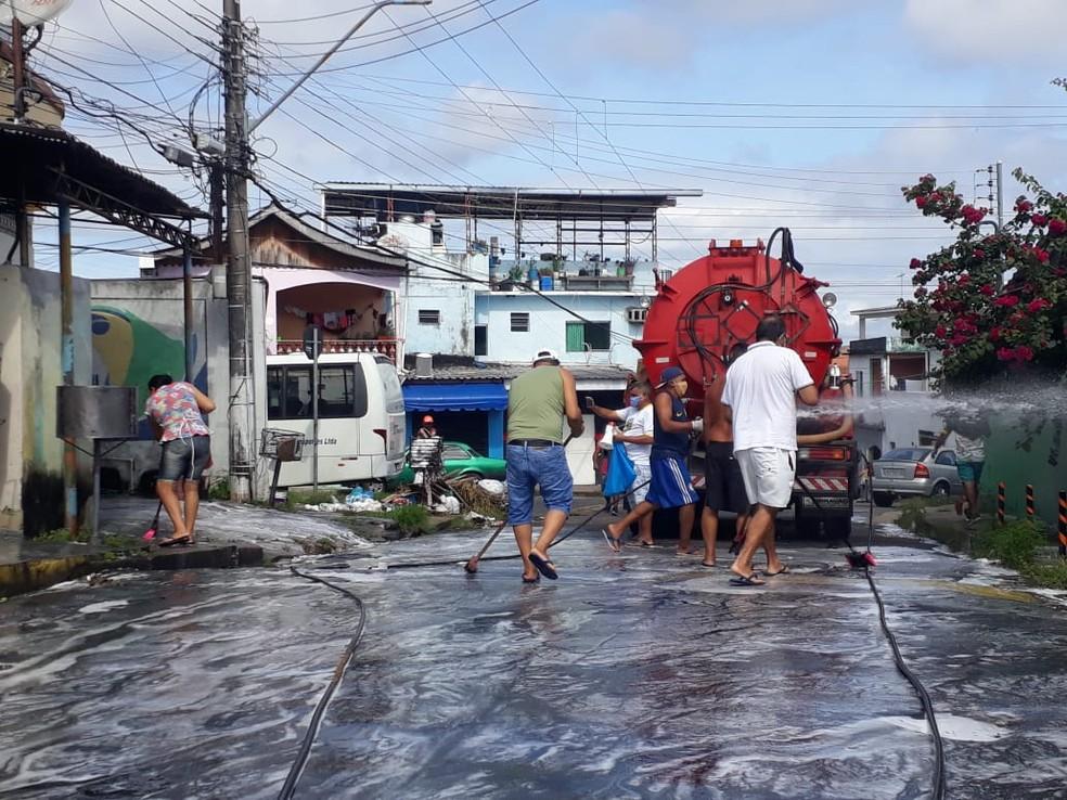 Moradores limpam ruas da Betânia — Foto: Meike Farias/Rede Amazônica