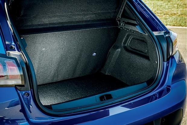 Peugeot 208 Griffe 1.6 - A cabine tem bom acabamento, mas o porta-malas fica devendo o rebatimento bipartido do banco traseiro (Foto: Rafael Munhoz)
