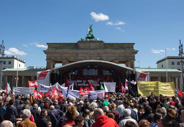 Milhares de pessoas se reuniram em frente ao Portão de Brandeburgo, em Berlim, para celebrar o Dia do Trabalhador (Foto: ALEXANDER BECHER/EFE)