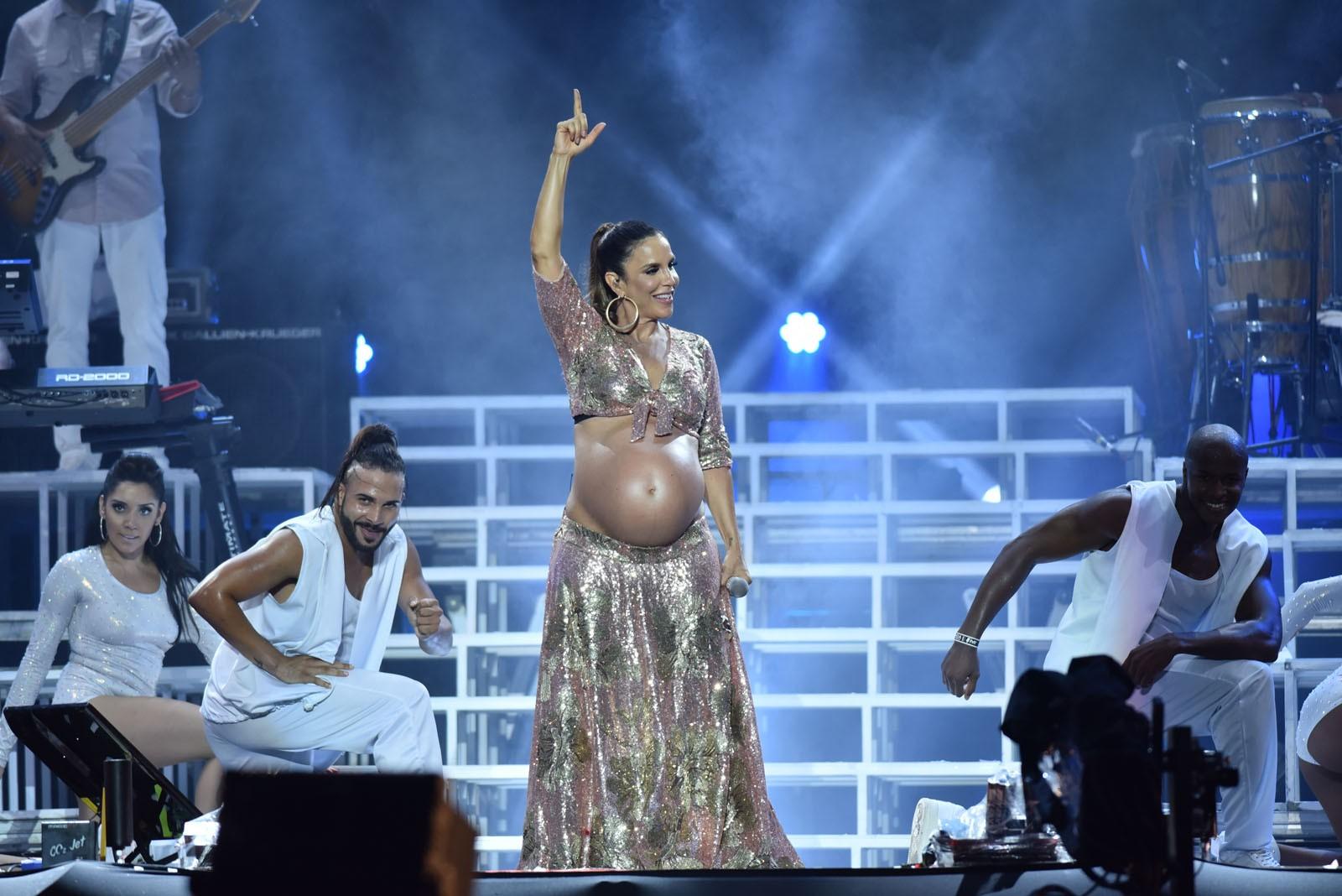 FOTOS: Ivete exibe barrigão de gêmeas em show no Festival de Verão Salvador