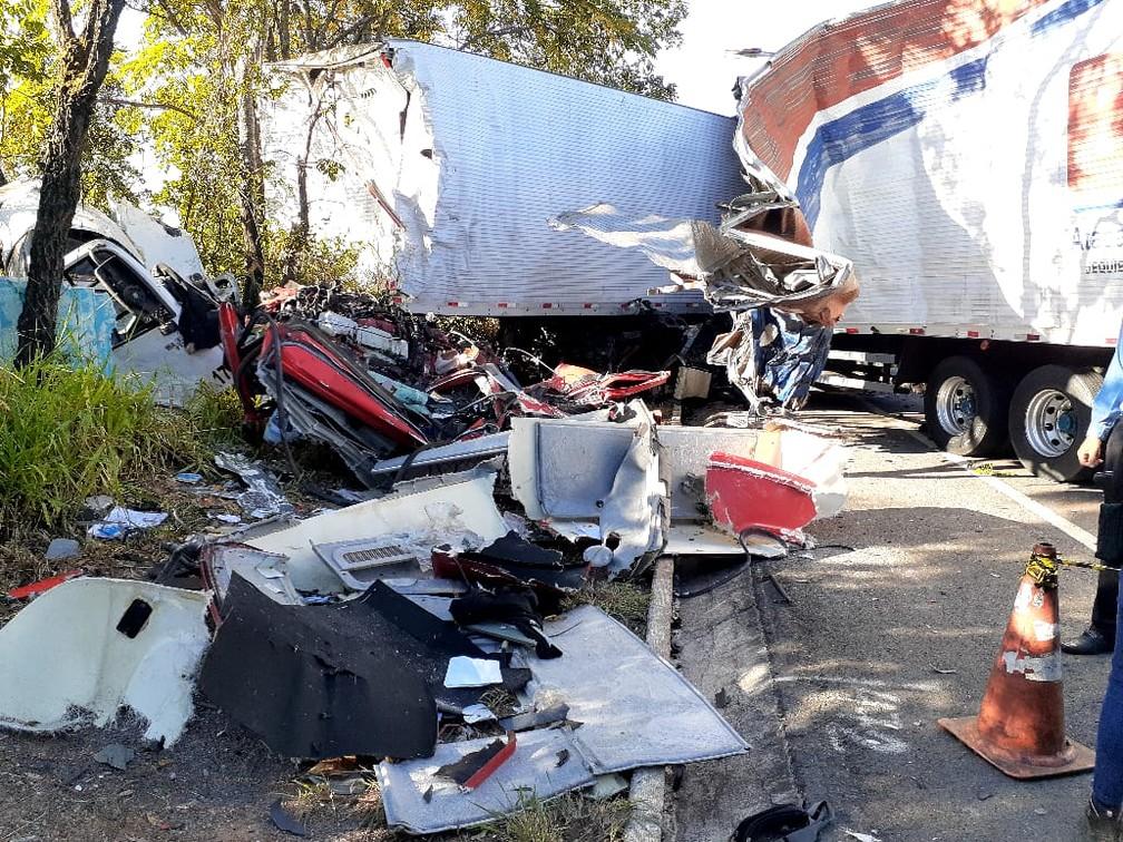 Carreta e caminhão bateram de frente — Foto: Polícia Militar Rodoviária/ Divulgação