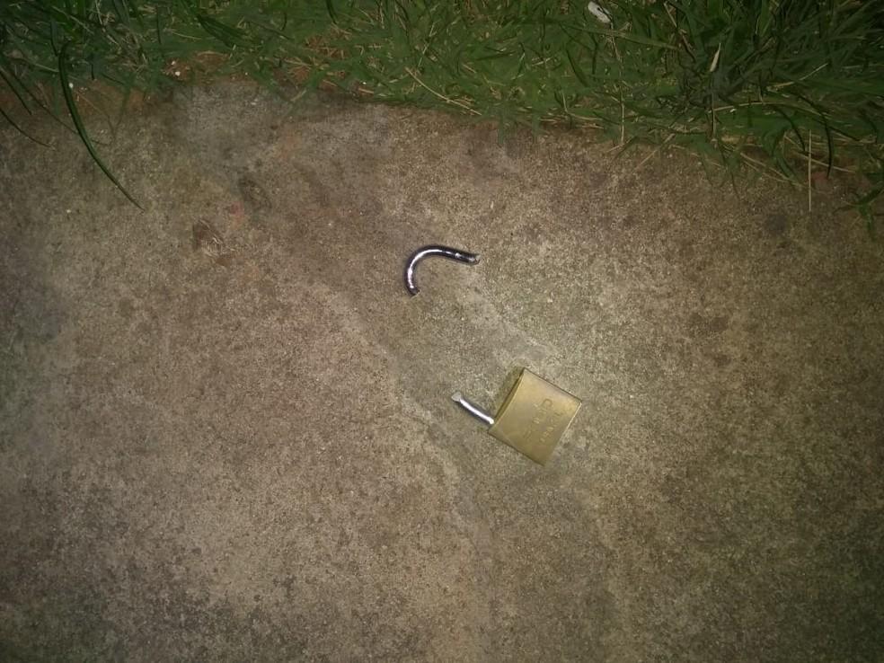 Cadeado encontrado quebrado pelas vítimas de arrombamento em Extremoz, RN  — Foto: Cedida