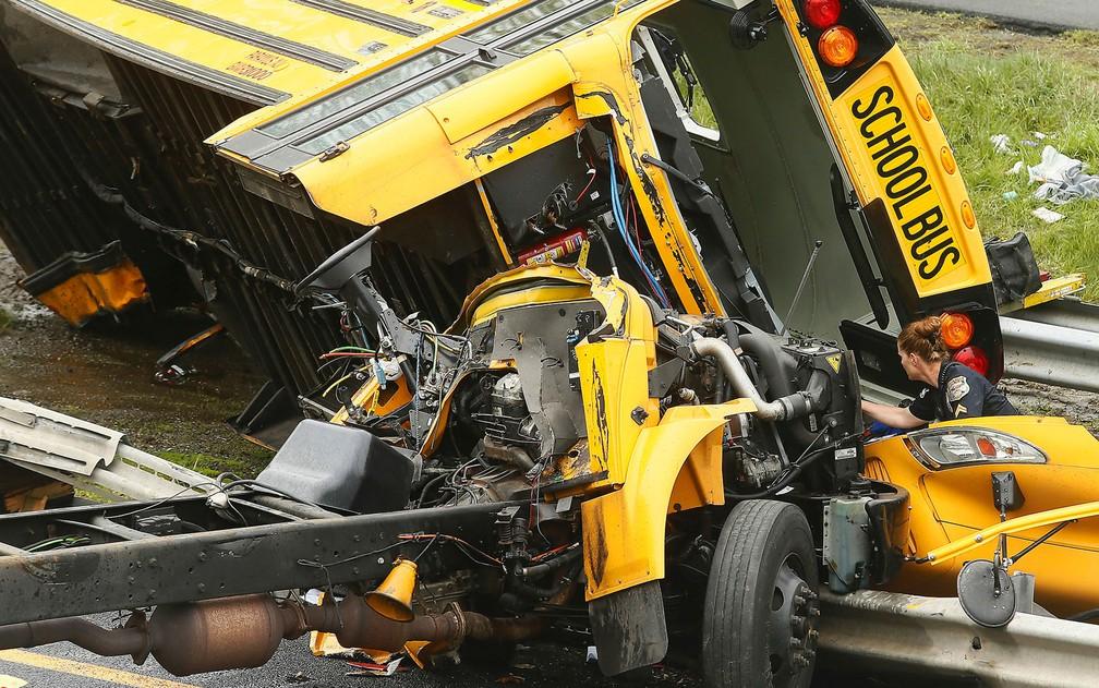 -  Ônibus escolar que colidiu com caminhão é visto na Interstate 80, em Mount Olive, em Nova Jersey, na quinta-feira  17   Foto: Bob Karp/The Daily Reco