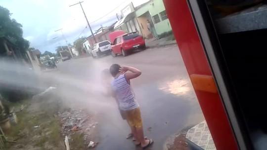 Fã dos Bombeiros, menino ganha passeio em viatura e banho de mangueira de aniversário no AC: 'ainda vou ser como eles'