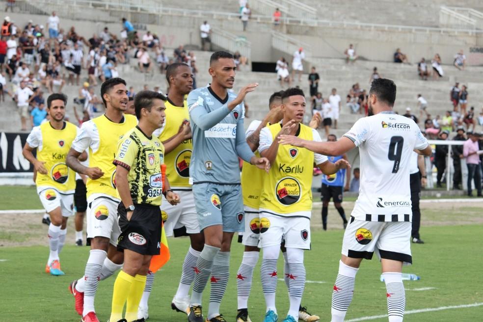 Nando comemora o primeiro gol da partida: atacante foi o protagonista do empate dramático do Botafogo-PB na tarde deste domingo (Foto: Divulgação / Botafogo-PB)