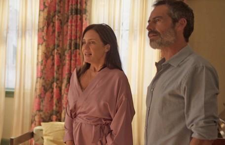 Na terça (31), Thelma (Adriana Esteves) vai flagrar Gabo (Filipe Duarte) escondendo armas em seu restaurante  Reprodução