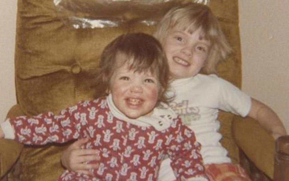 Melissa com a irmã adotiva, que foi chave na descoberta de seu passado (Foto: Melissa Ohden )