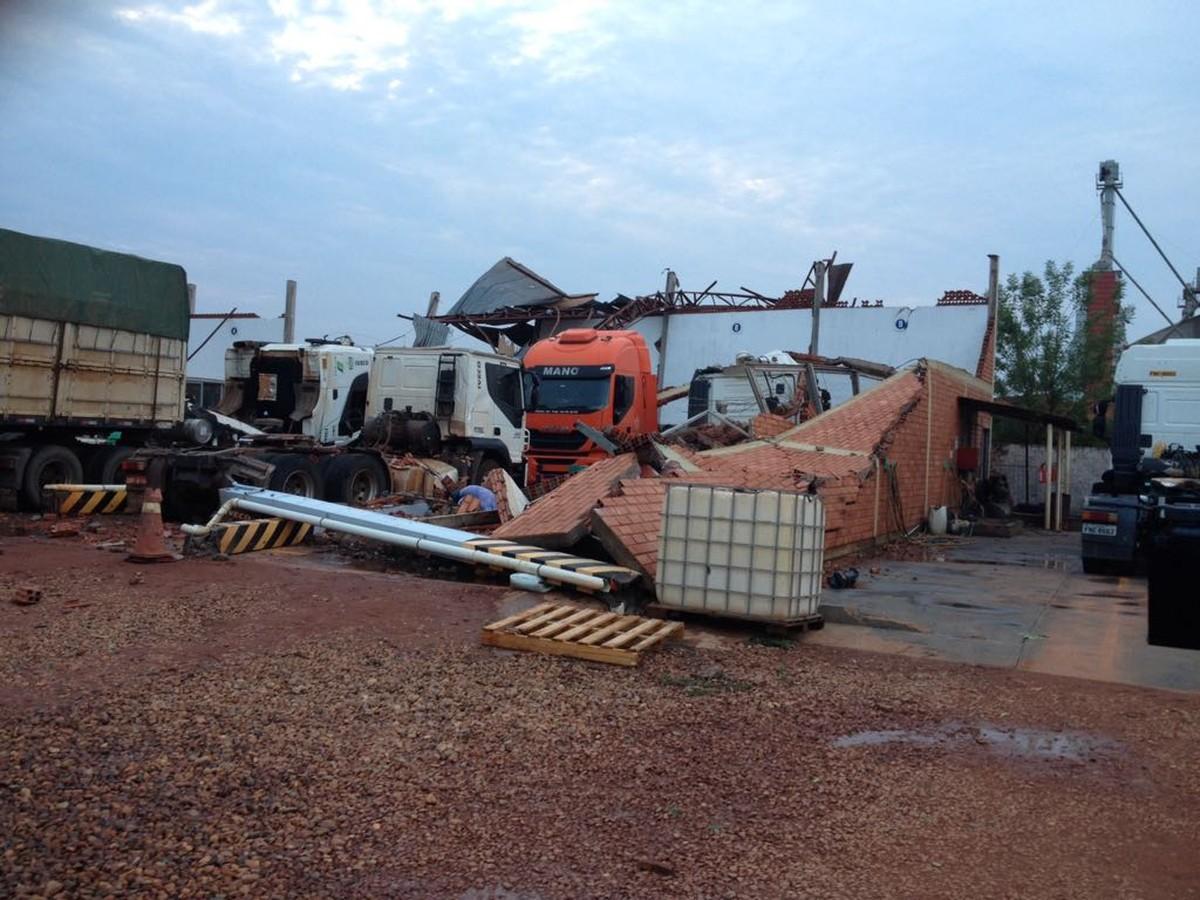 Mecânico é ferido e carros são soterrados em concessionária durante temporal em MT