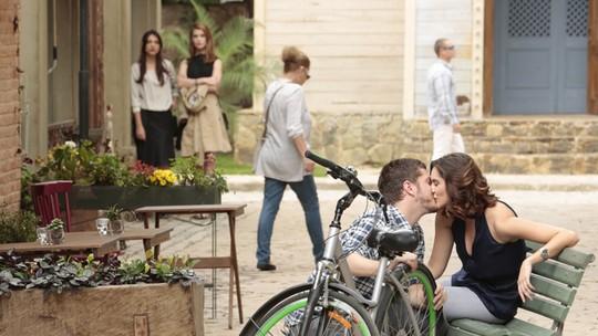 Anita vê Afonso e Berenice juntos e morre de ciúmes