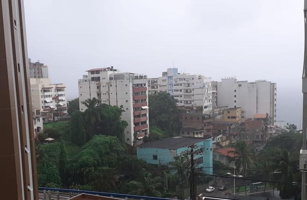 Salvador tem manhã de céu nublado com chuva forte nesta segunda-feira — Foto: Gabriel Gonçalves/G1
