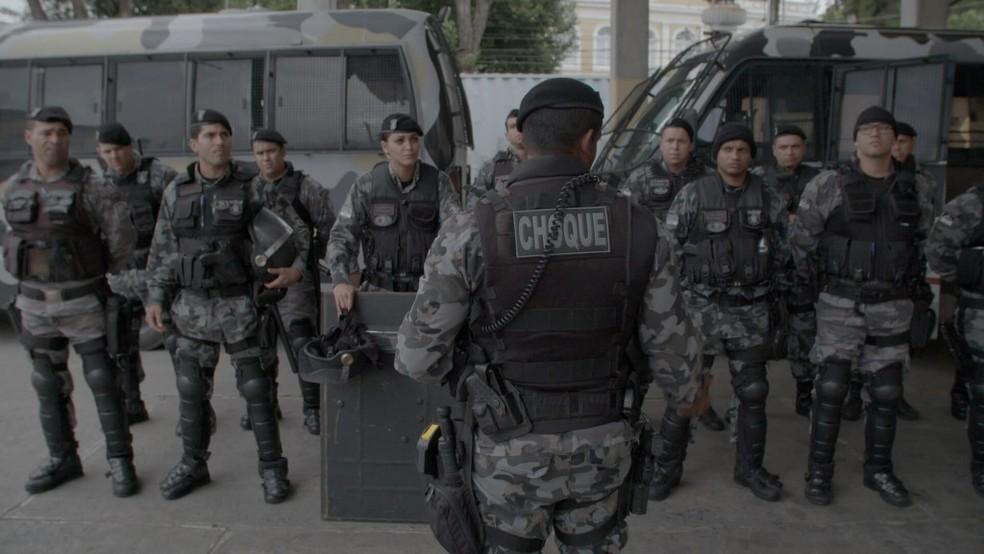 'Por trás da linha de escudos' retrata atuação do Batalhão de Choque da PM de Pernambuco (Foto: Divulgação)