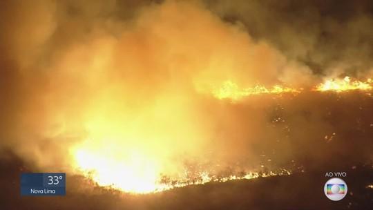Incêndio de grandes proporções atinge Serra da Moeda, na Grande BH, há três dias
