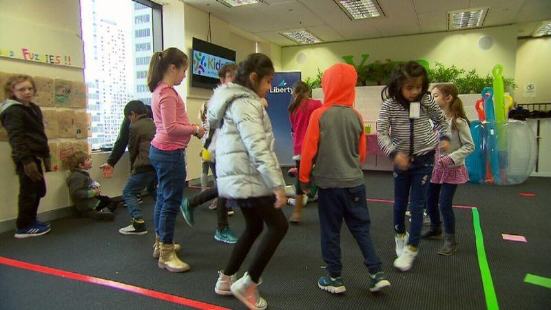 Crianças durante programação do KidsCo no escritório da Liberty Financial  (Foto: Divulgação)