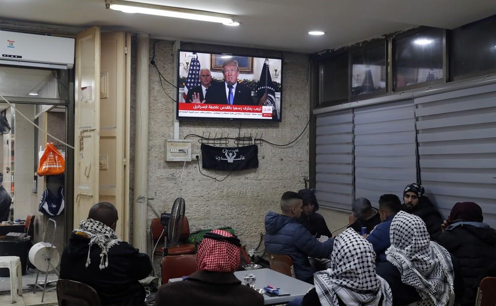 Palestinos assistem ao discurso de Trump em café em Jerusalém (Foto: Ahmad Gharabli / AFP)
