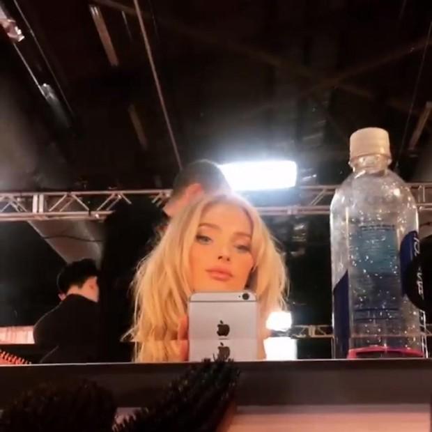 Elsa Hosk nos bastidores do VSFS 2018 (Foto: reprodução/Instagram)